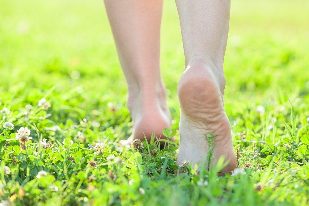 manfaat jalan tanpa alas kaki