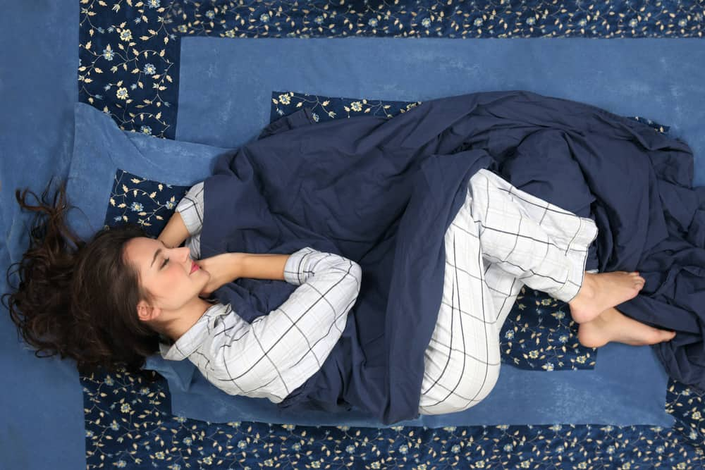 Posisi tidur yang baik untuk menghilangkan nyeri punggung