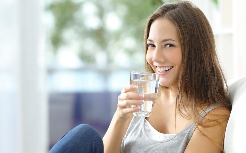 Kurang Minum Air Putih Menyebabkan Sakit Pinggang ? Berikut Penjelasannya